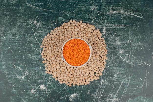 Cirkel van tarwe op marmeren tafel. Gratis Foto