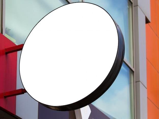 Cirkelspot omhoog van het malplaatjetuithangbord van de straatopslag bij de bouw van muur Premium Foto