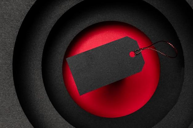 Cirkelvormige lagen van donkere achtergrond en zwart prijskaartje Gratis Foto