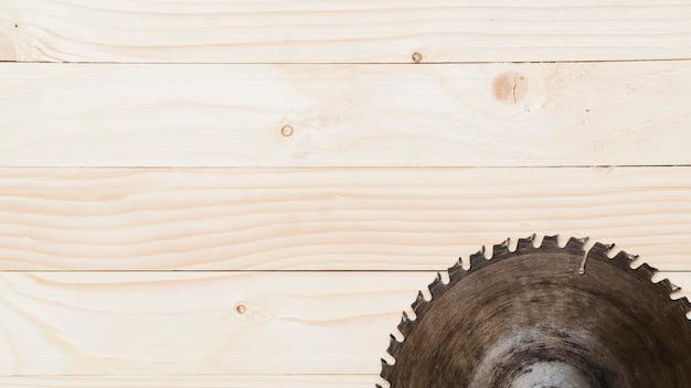 Cirkelzaag op houten lijst wordt geplaatst die Gratis Foto