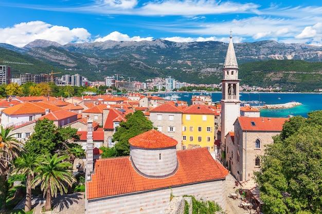 Citadel en de toren van st john the baptists church, budva oude stad luchtfoto, montenegro. Premium Foto