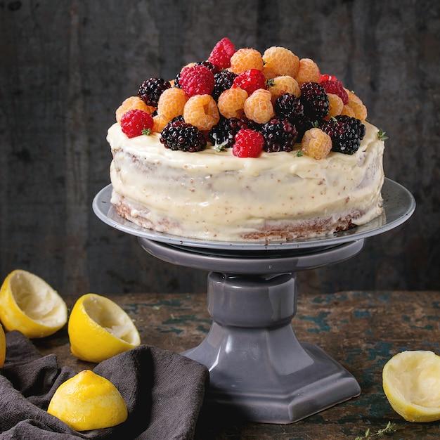 Citroencake met kleurrijke frambozen Premium Foto