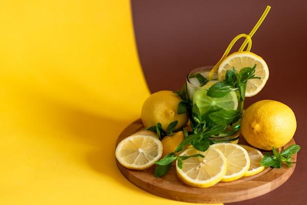 Citroenen op een houten bord. cocktail met citroen Premium Foto