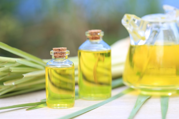 Citroengras etherische olie in glazen flessen Premium Foto