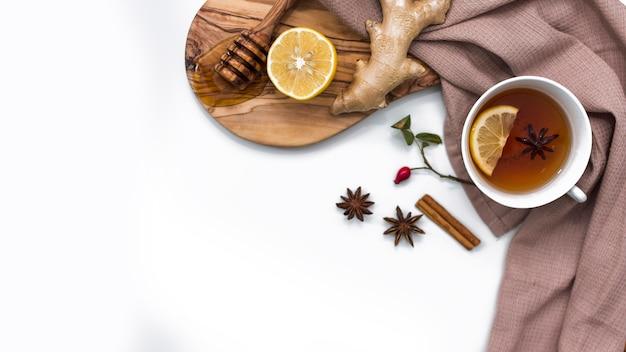 Citroenthee met honing en gember aan boord Gratis Foto