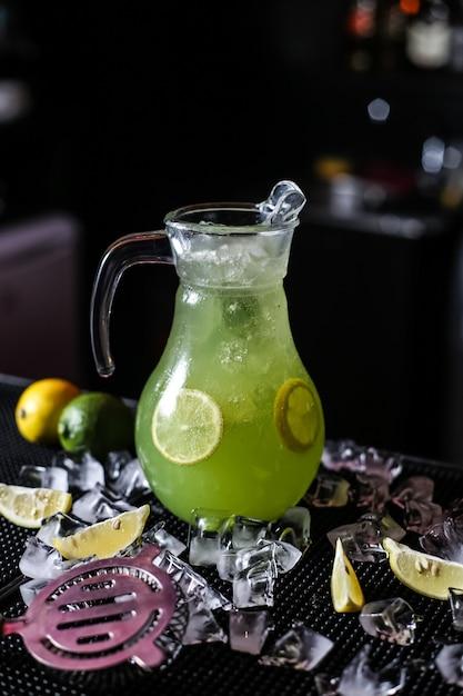 Citrus limonade kruik citroen bruisend water limoen ijs zijaanzicht Gratis Foto