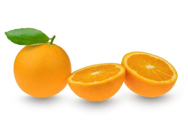 Citrusclementine of mandarijn met blad en halve plakjes op wit Premium Foto