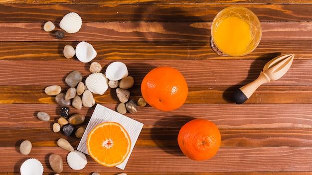 Citrusvruchten en juicer op tafel Gratis Foto
