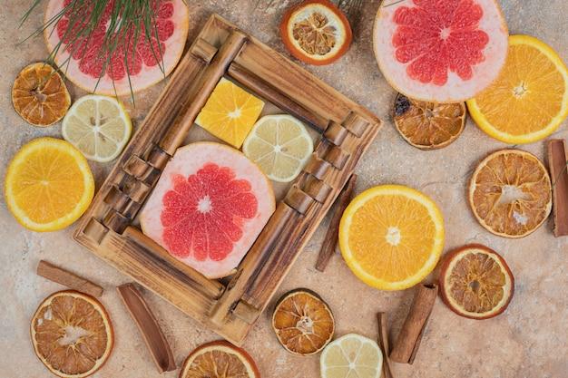 Citrusvruchtenplakken in omlijsting met bos van fruit. hoge kwaliteit foto Gratis Foto