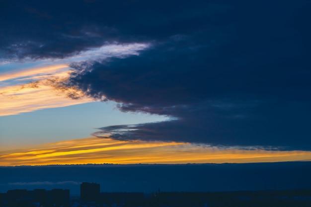 Cityscape met prachtige varicolored levendige dageraad. Premium Foto