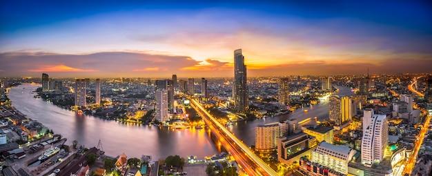 Cityscape van de nachtscène Premium Foto