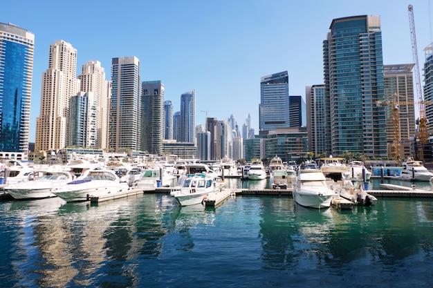 Cityscape van doubai met gebouwen en boten Premium Foto