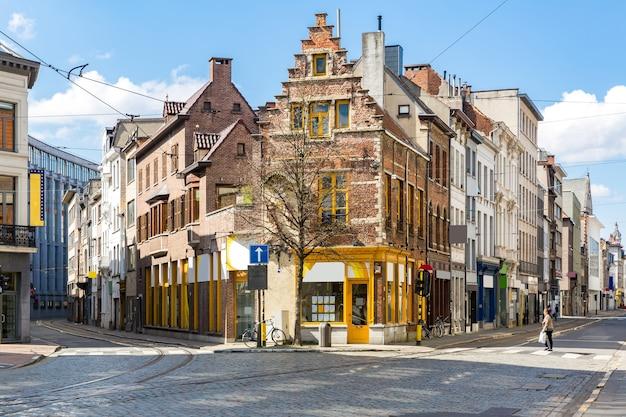 Cityscape van meir winkelstraat weg in het centrum van antwerpen in belgië met trambaan. Premium Foto
