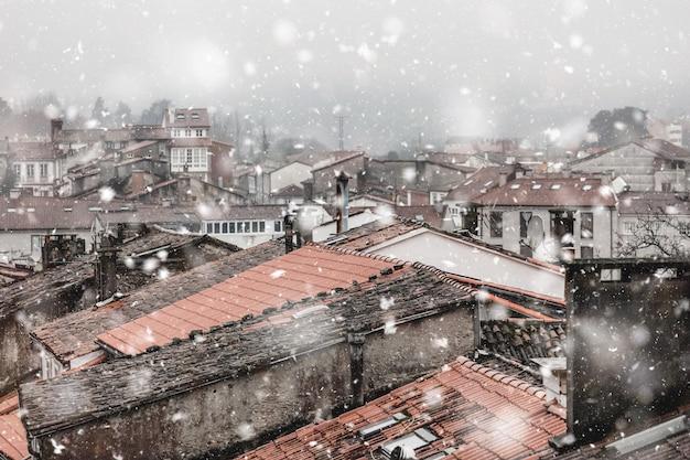 Cityscape van santiago de compostela spanje in sneeuwval Premium Foto