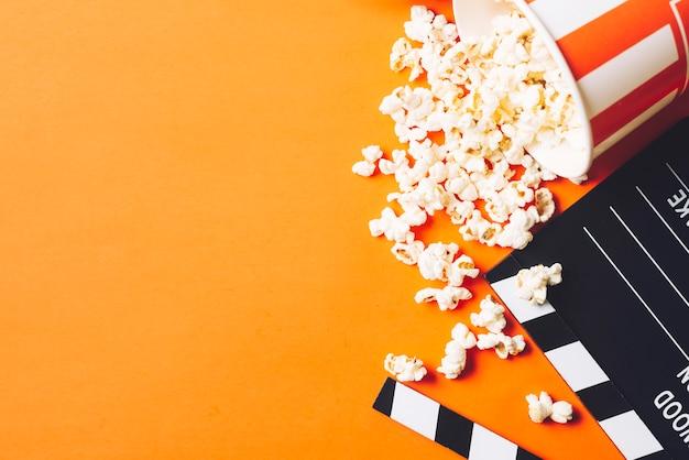 Clapperboard dichtbij smakelijke popcorn Gratis Foto