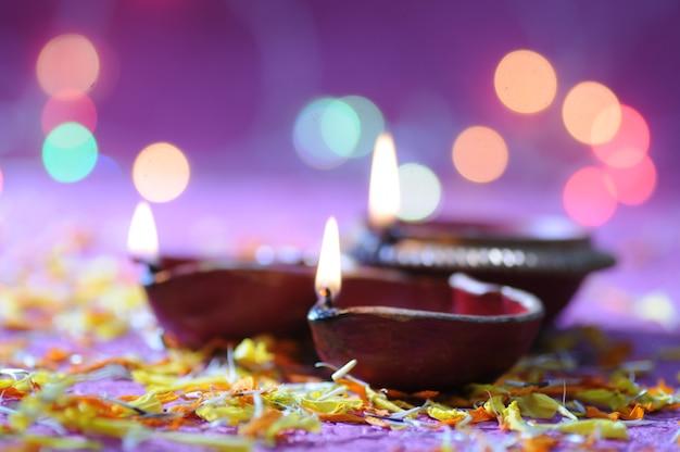 Clay diya lampen verlicht tijdens diwali celebration. groeten card design indian hindu light festival genaamd diwali Premium Foto