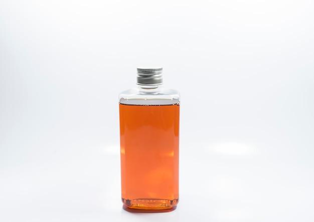 Clear bottle zalmoliepakket het is een voedingssupplement voor huisdieren dat uw haar of huid droog houdt. Premium Foto