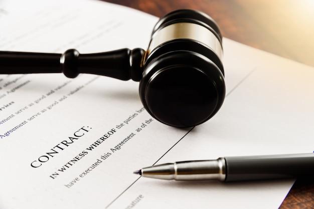 Cliënt daagt bedrijf voor de rechter wegens het niet ondertekenen van een contract Premium Foto