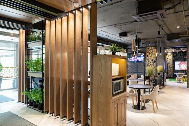 Close shot van een hoofdingang en zelfbedieningszone van restaurant Premium Foto
