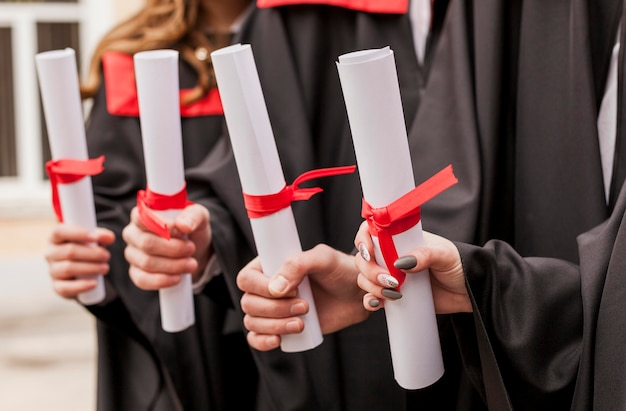 Close-up afstuderen diploma's Premium Foto