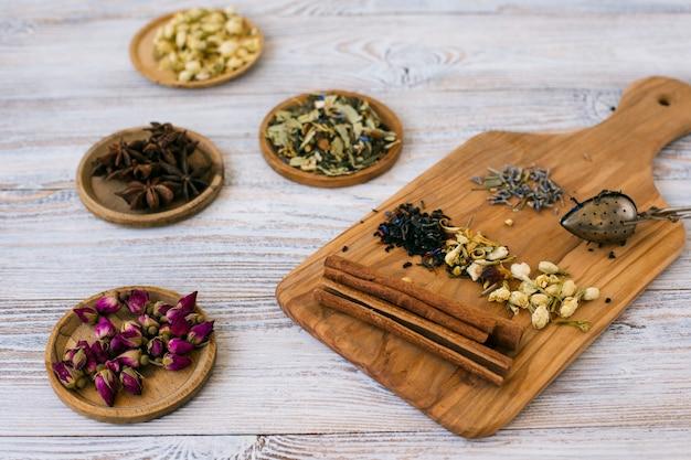 Close-up aromatische kruiden en specerijen Gratis Foto
