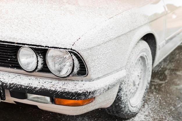 Close-up auto bedekt met schuim Premium Foto
