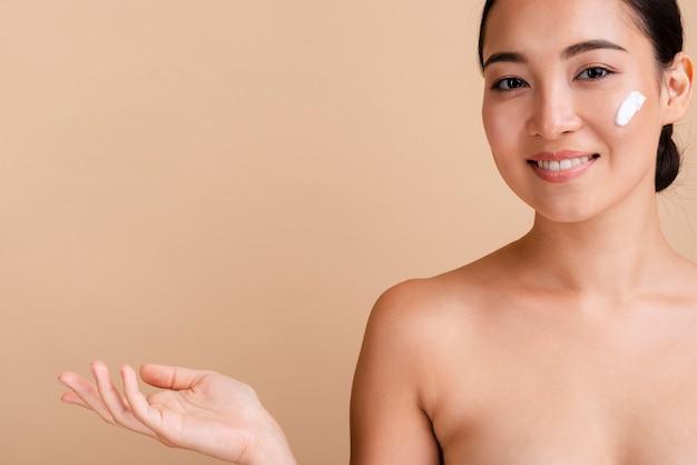 Close-up aziatisch model met gezichtsroom en exemplaar-ruimte Gratis Foto