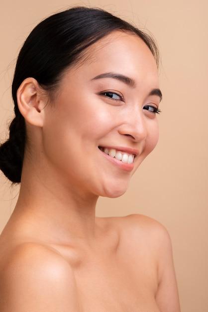 Close-up aziatische vrouw met brede glimlach Gratis Foto