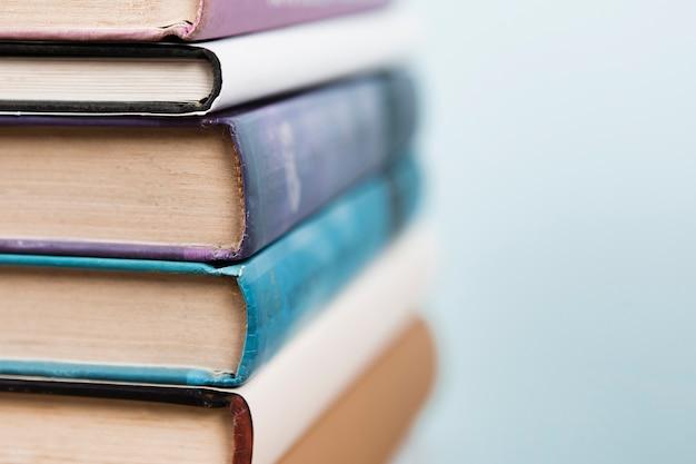 Close-up beeld van boeken met ongericht achtergrond Gratis Foto