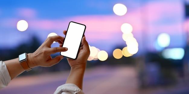 Close-up beeld van de mens leeg scherm smartphone aan te raken Premium Foto