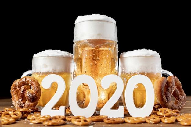 Close-up beiers bier en snacks op een lijst Gratis Foto