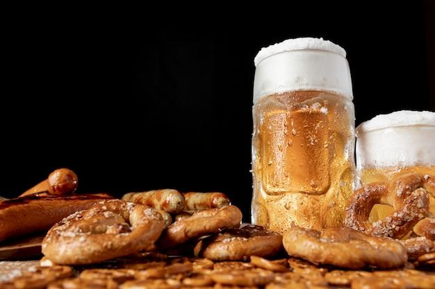 Close-up beierse smakelijke snacks met bier Gratis Foto