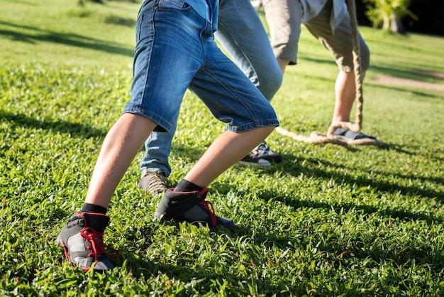 Close-up benen van familie voetballen Premium Foto