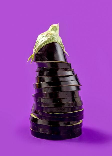 Close-up biologische aubergine op tafel Gratis Foto