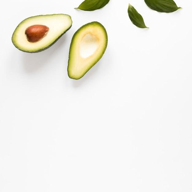 Close-up biologische avocado met kopie ruimte Gratis Foto