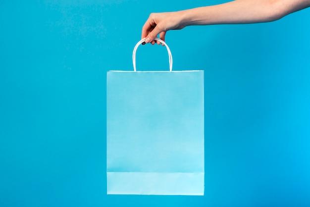 Close-up blauwe zak vastgehouden Gratis Foto
