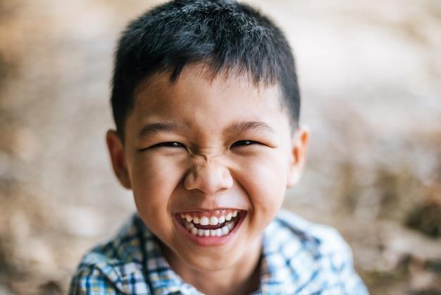 Close-up blij gezicht jongen Gratis Foto