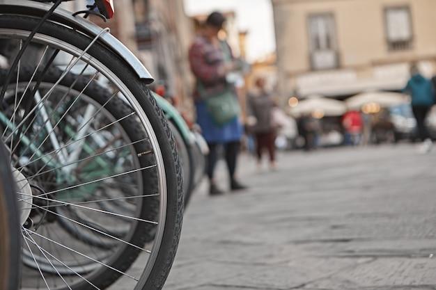 Close-up buiten schot van wielen van fietsen geparkeerd op straat. Gratis Foto