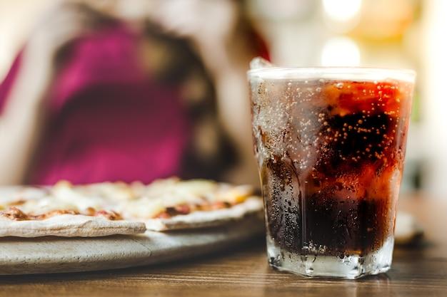 Close-up cola of frisdrank in een glas met ijs Premium Foto