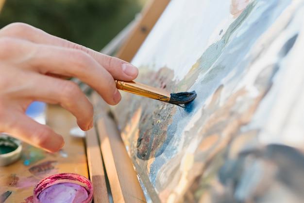Close-up creatieve vrouw hand schilderij Gratis Foto