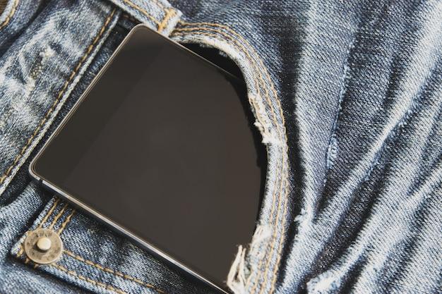 Close-up de slimme telefoon is in het voorvak van de jeans. Premium Foto