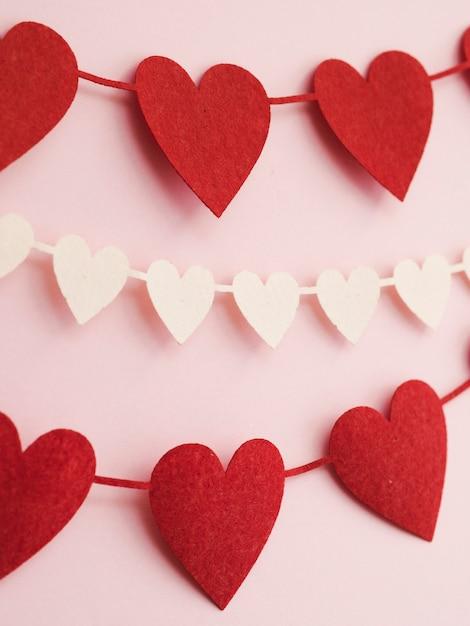 Close-up decoraties gemaakt van rode en witte harten Gratis Foto