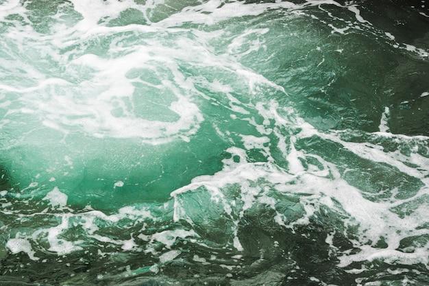 Close-up donker golvend water met draaikolk Gratis Foto