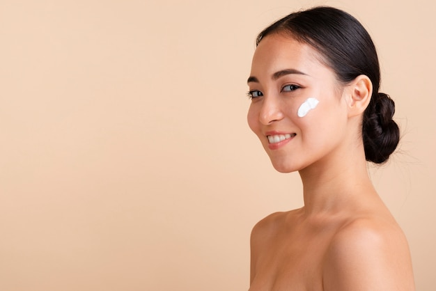 Close-up donkerbruine vrouw met brede glimlach Gratis Foto