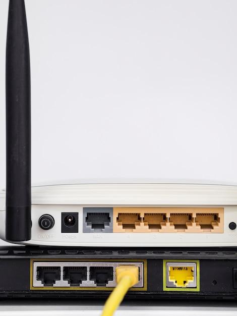 Close-up draadloze routers op elkaar gestapeld Gratis Foto