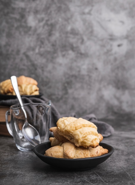 Close-up eigengemaakte croissants op een plaat Gratis Foto