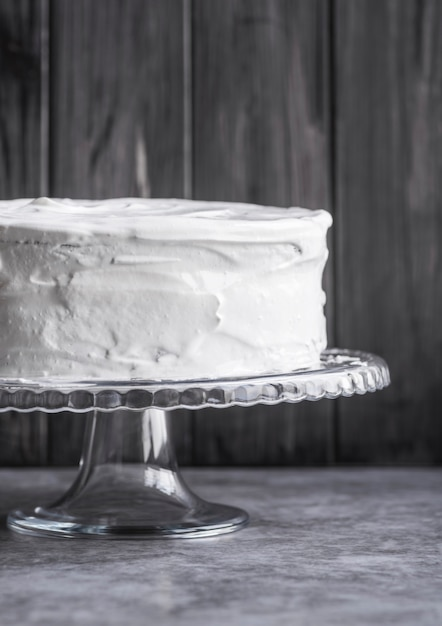 Close-up eigengemaakte smakelijke cake op de lijst Gratis Foto