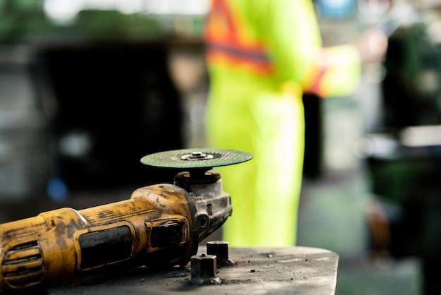 Close-up elektrisch snijden van staal op staalconstructie in fabriek. industriële werker gereedschapsapparatuur Premium Foto