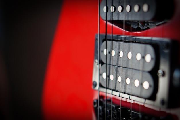 Close-up elektrische gitaar zonnestralen muzikale kaart. muzikaal strijkinstrument. Premium Foto