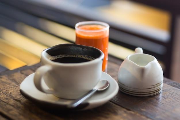 Close-up foto's van koffie in de ochtend en gezond wortelsap, biologisch gezond café, handgemaakte trendy gerechten. Gratis Foto
